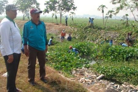 Kepala DPU Pengairan Fatkhurahman dan Kabid Operasional Agus Hidayat saat bersih-bersih afvour Sungai Pagerngumbuk, Wonoayu