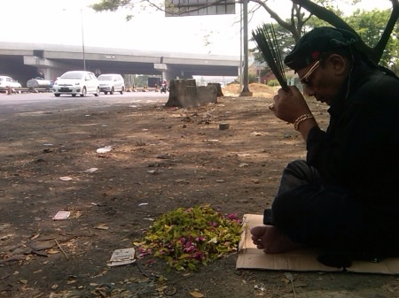 Ki Sabdo saat ritual di lokasi kecelakaan maut Bus Harapan Jaya