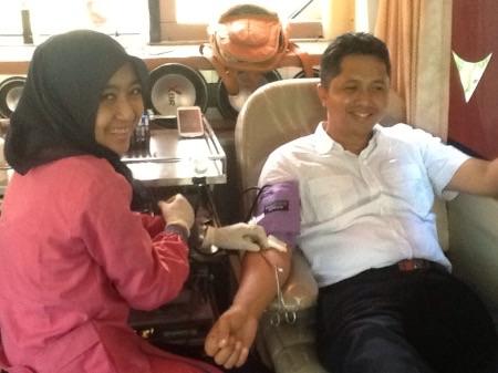 Ketua KNPI Sidoarjo Ari Suryono ikut mendonorkan darahnya dalam rangka peringatan Sumpah Pemuda