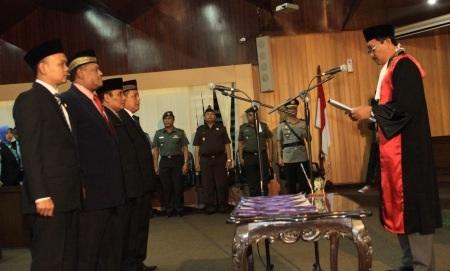 Empat pimpinan dewan saat diambil sumpah janjinya oleh Kepala PN Sidoarjo Budi Susilo