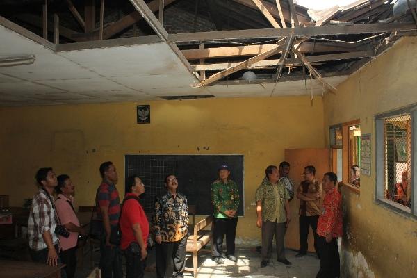 Wakil Bupati Sidoarjo, pejabat yang kerap disapa W-2 meninjau lokasi SDN Balongbendo yang ambruk atapnya karena sudah lapuk dimakan rayap. (foto : Humas Pemkab/Editor : Kaji Dar)