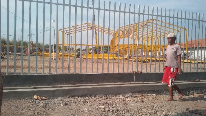 BISA MENYEBABKAN BANJIR-Bangunan pabrik dikawasan JLT ini urukannya terlalu tinggi, dimusim hujan bisa menyebabkan banjir. (foto : kaji dar/media online/sidoarjoterkini)