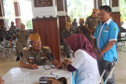 Para Veteran saat chek up kesehatan di Pendopo Delta Wibawa dalam rangka Hari Pahlawan