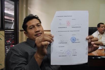Ketua Fraksi PAN Bangun Winarso menunjukkan surat kesepakatan KMP dalam pembentukan AKD