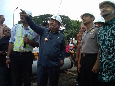 Bupati Sidoarjo Saiful Ilah didampingi Kapolres Sidoarjo AKBP Anggoro Sukartono saat ground breaking akses Waru-Masjid Al-Akbar di exit tol Waru