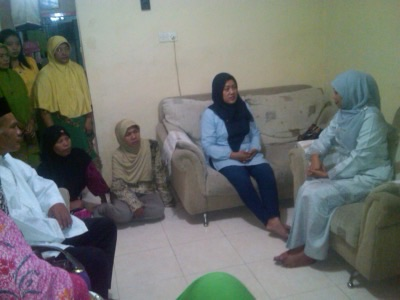 Mensos Khofifah saat mengunjungi rumah korban AirAsia di Sawotratap, Gedangan