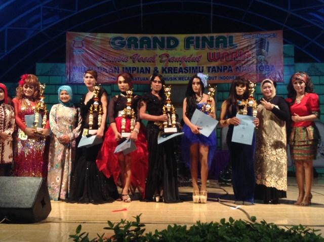 Penyanyi dangdut lokal meramaikan Lomba dangdut yang digelar PAMMI dan BNN Sidoarjo