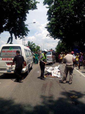 Polisi saat olah TKP kecelakaan di Jalan Punokawan, Krian