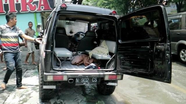Mobil Suzuki Katana yang terbakar diduga karena konsleting listrik