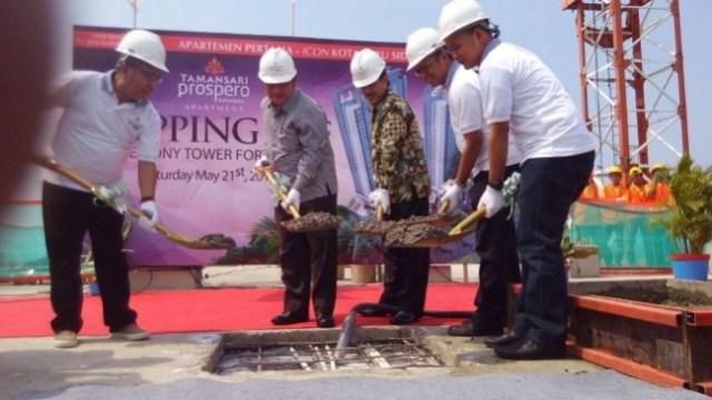 Bupati Sidoarjo Saiful Ilah bersama Wabup dan Ketua Dewan serta jajaran dari pihak apartemen melakukan toping up apartemen