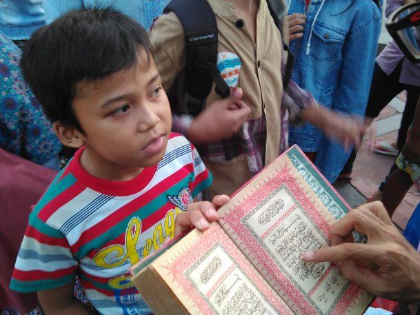 Seorang bocah hafal surat-surat Alquran mendapat hadiah buku