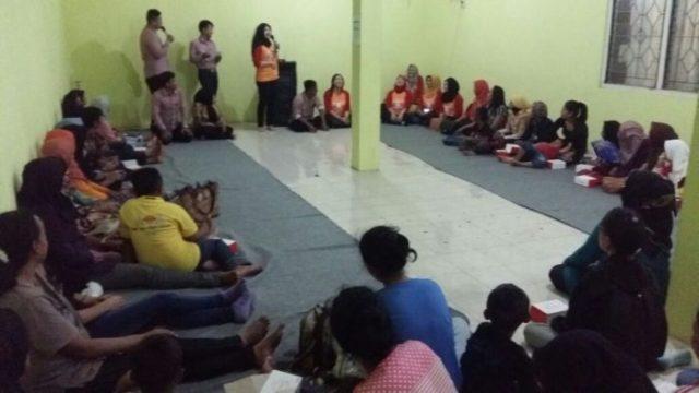 Para srikandi Jawa Timur memberikan arahan serta dukungan kepada ibu-ibu ODHA di kantor KPA Sidoarjo