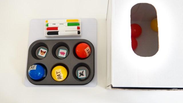 準備材料:箱子、球、烤盤、磁鐵圖