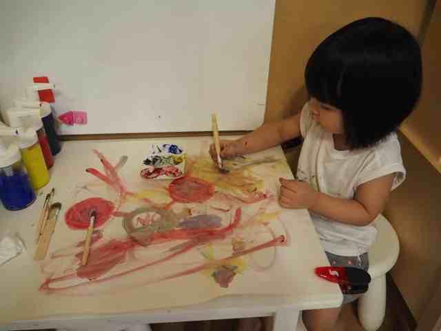 兩歲 歐練彩繪中
