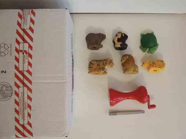 紙箱、美工刀、手電筒、小動物玩具們