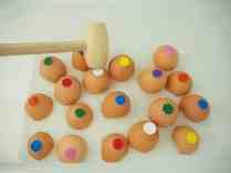 一歲寶寶的打蛋遊戲 蛋殼貼上顏色貼紙