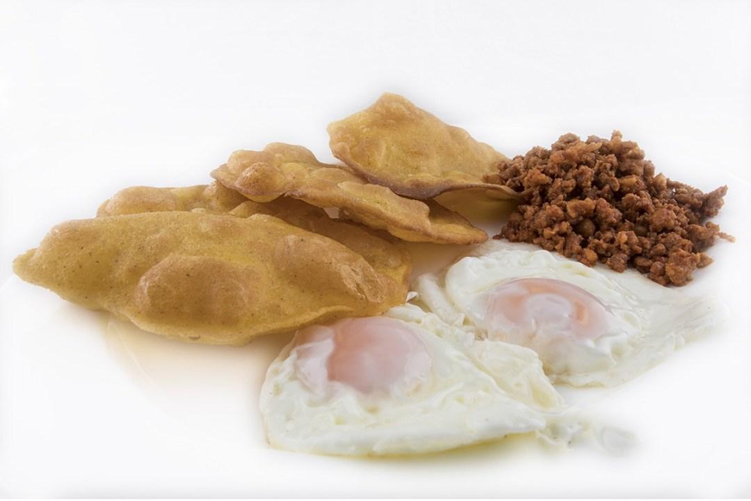 Huevos con tortos y picadillo