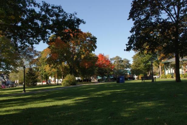 Am Stadtparks Village befindet sich die Bushaltestelle für kostenlosen Fahrten in den Acadia Natinal Park,aber nur bis zum 12.10. Ein Park Ticket kostet 5 Dollar
