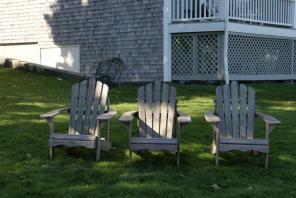 Adirondack Chair vor dem Balance Rock Inn Shore Path