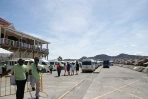 Taxifahrer warten auf Kundschaft St. Kitts