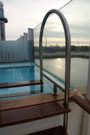 Lanai Deck Infinity Pool AIDAprima Meer Aussicht Außenbereich Glas Scheiben