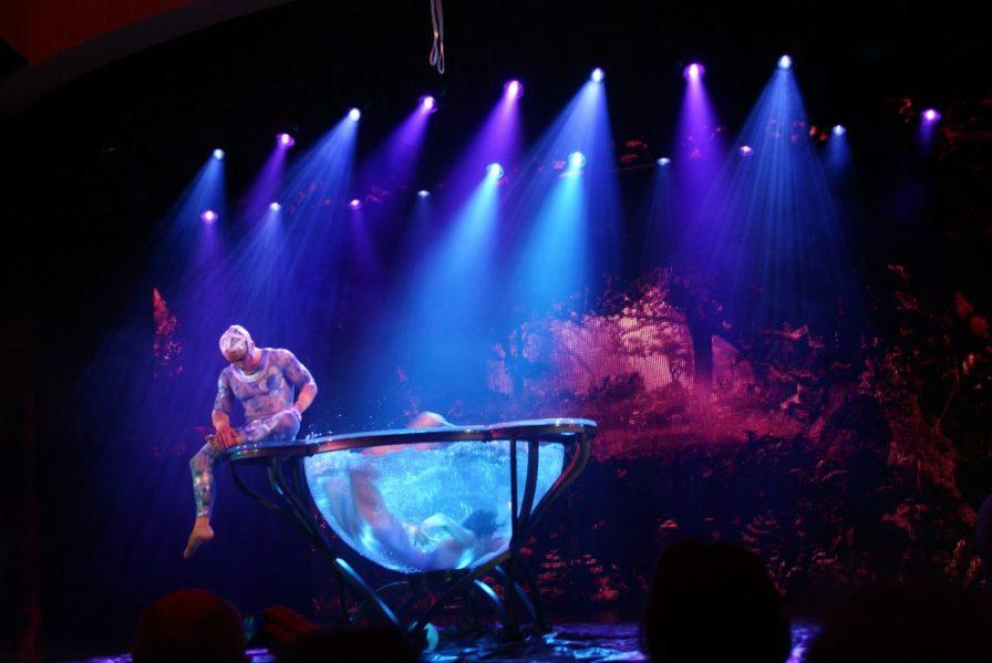 Riesige Wasserschale Theatrium Theater Aida prima Schauspiel