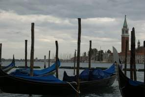 Gondeln mit San Giorgio Maggiore im Hintergrund