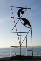 Skulptur am Tejo in Lissabon