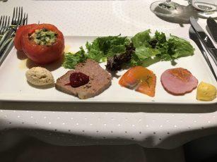 Überraschungstomaten mit Avocado, Minze und Zwiebeleis
