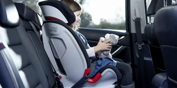 Petite fille dans son siège auto