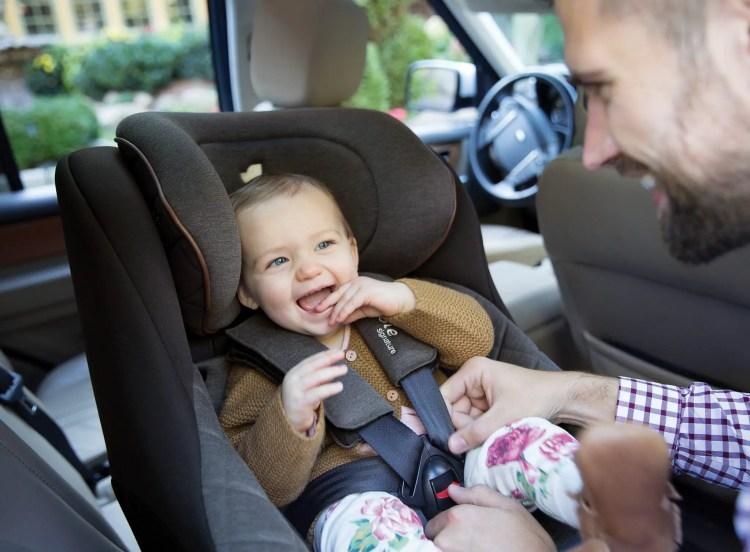 Bébé souriant dans siège Spin 360 de la marque Joie