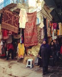 vendeurs vêtements souk tapis - Tunis - Tunisie, de la mer au désert - Afrique, Tunisie