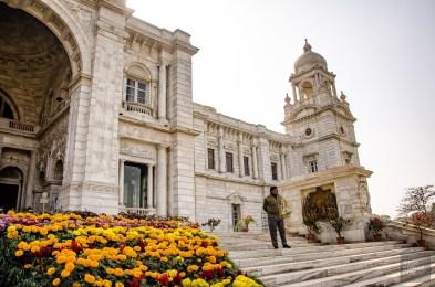 victoria memorial fleurs oranges garde securite - kolkata - L Inde du Nord en quatre étapes - Asie, Inde