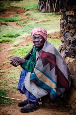 vieille dame village - Randonnee equestre au Lesotho - Afrique, Lesotho