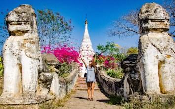 statues lions fleurs - Bagan, capitale de l ancien royaume de Pagan - A la recherche du temple perdu Bagan, Myanmar - Asie, Myanmar