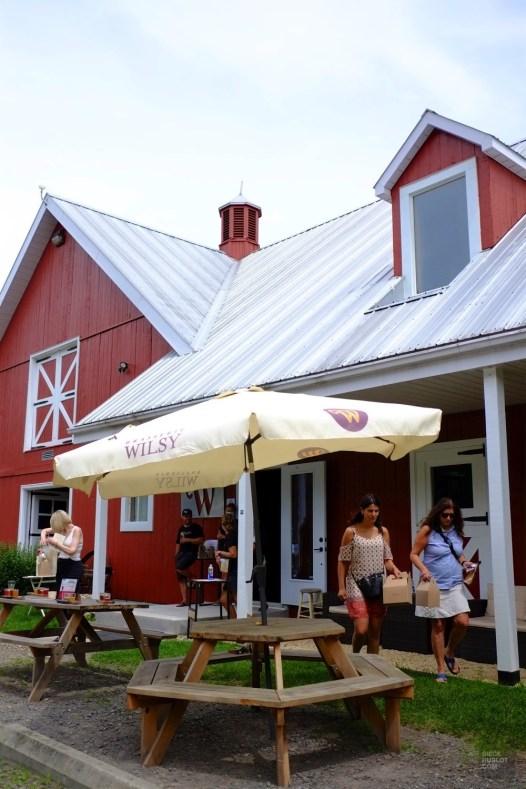Tables extérieures - Brasserie Wilsy - Une journée dans les Basses-Laurentides - Amérique du Nord, Canada, Québec, Laurentides