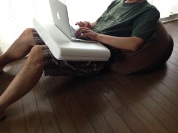 IKEAのラップトップサポートが便利!無印良品のソファとの組み合わせがいい