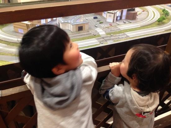 電車を見てる長男と次男