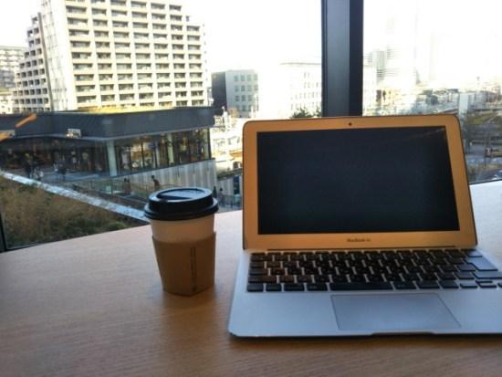 MacBookAirで仕事中