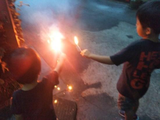 花火をやっている子供たち