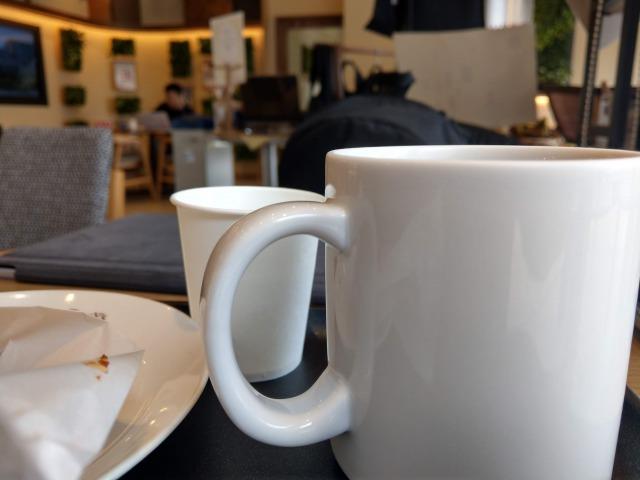カフェで何も気にせず大きな声で仕事の電話をする人とは仕事したくない