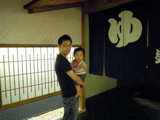 鬼怒川温泉で子供を抱っこしている写真