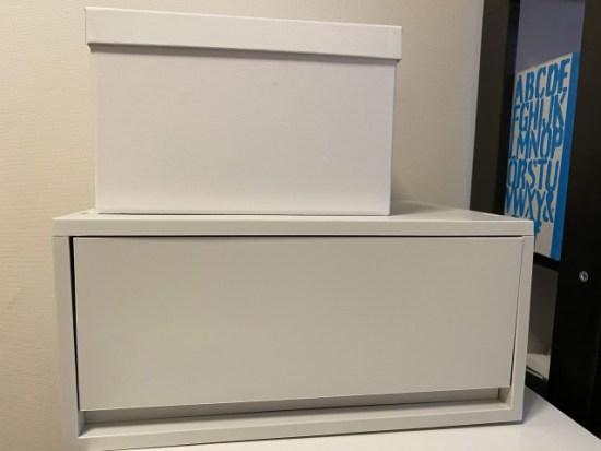 充電ケーブルと文房具の箱IKEAと無印