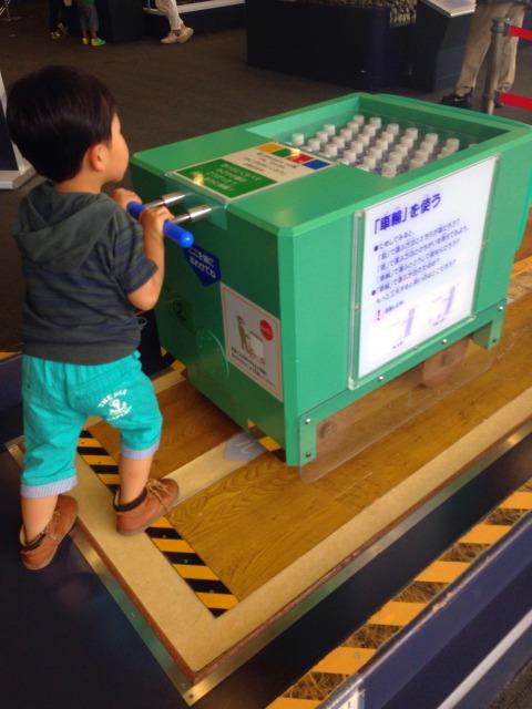 荷物を押す子供の画像