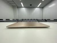 会議室よりカフェ。適度に騒がしいくらいの方が集中できる