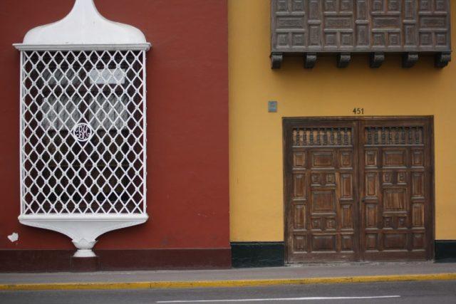 Ventana colonial en plaza de armas de Trujillo. Mapas de los distritos de Trujillo