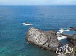 Скалы из вулканической породы в океане