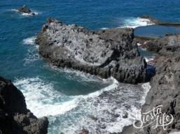 Скалы в океане, натуральный бассейн