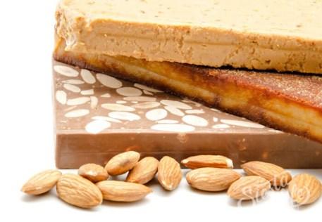 Туррон готовится из нуги, мёда, сахара, жареного миндаля с добавлением других орехов
