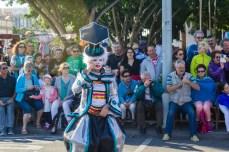 Карнавал на Тенерифе — мальчик-клоун в синем костюме